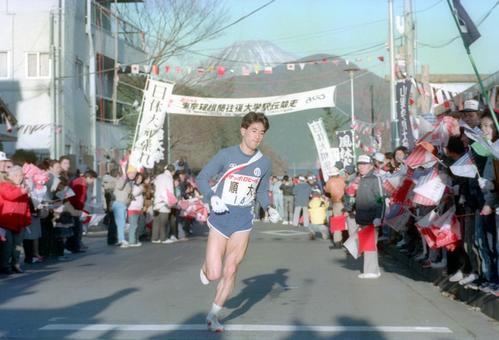 復路6区 午前8時、芦ノ湖駐車場を12秒の貯金でスタートする順天堂大・今村稔和(4年、区間3位)=1989年1月3日