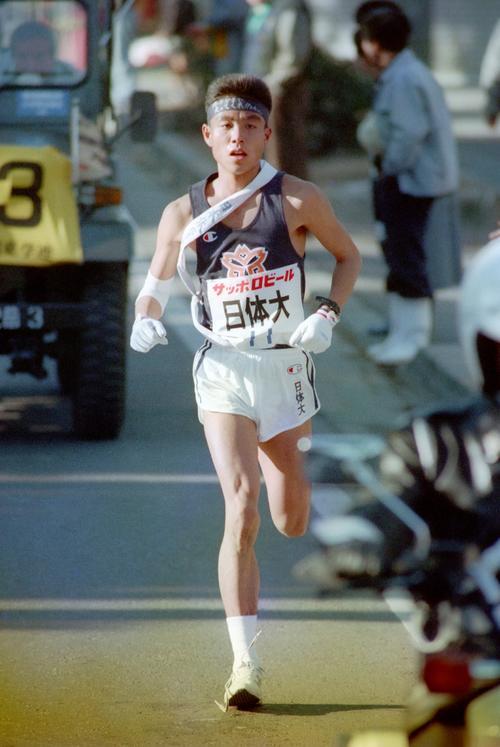 復路7区 トップを力走する日体大・矢嶋亨(2年、区間4位)=1989年1月3日