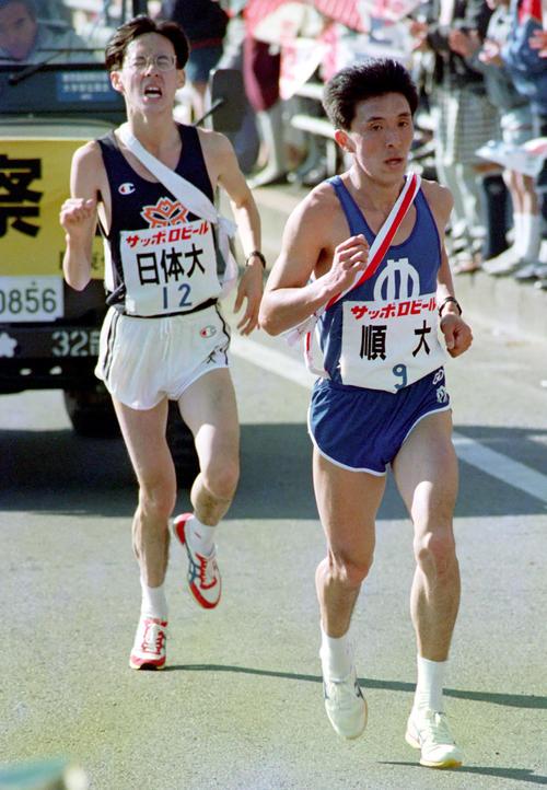 往路 9区17キロ付近で、順大・山田和人(右)は、苦しそうに走る日体大・大梶義幸を抜き去り、優勝へひた走る=1989年1月3日