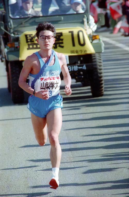 往路3区 首位を死守する山梨学院大・福田正志(3年、区間4位)=1989年1月2日