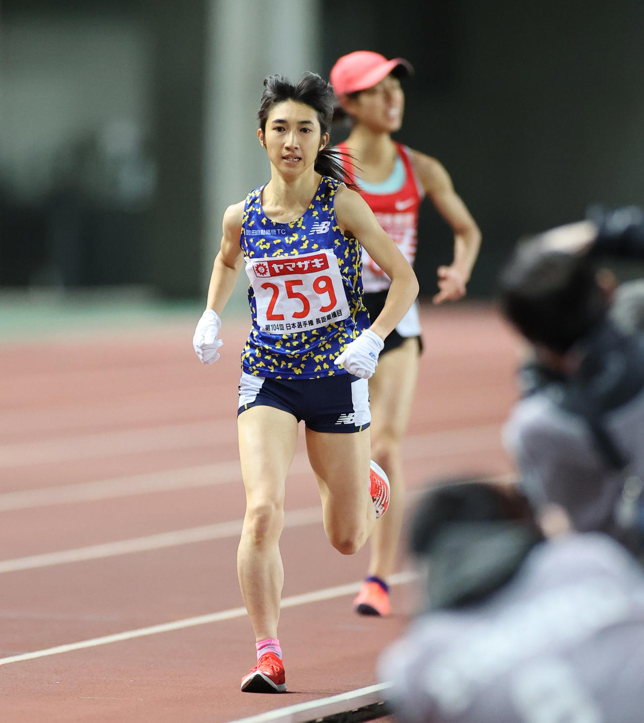 女子5000メートル 広中(後方)を破り15分5秒65で1位となる田中希実(撮影・清水貴仁)