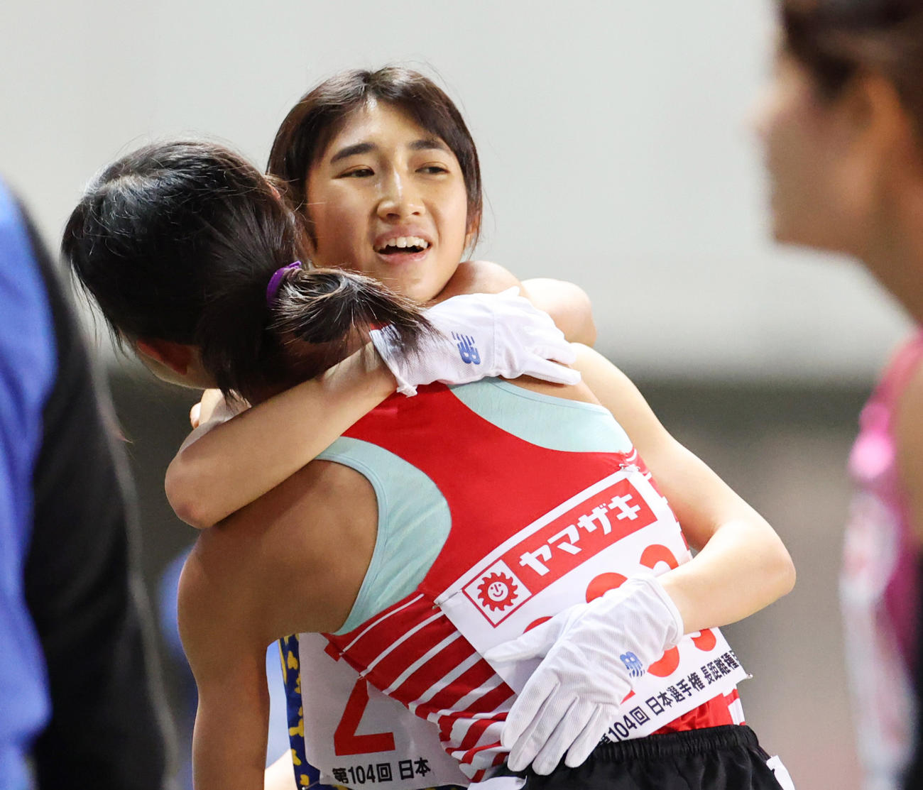 日本陸上競技選手権大会・長距離種目 女子5000メートル 15分5秒65で1位となった田中希実(奥)は2位広中璃梨佳と抱き合う(撮影・清水貴仁)