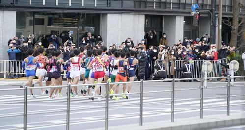 一斉にスタートする1区の選手たちを見守る沿道の人々(撮影・菅敏)