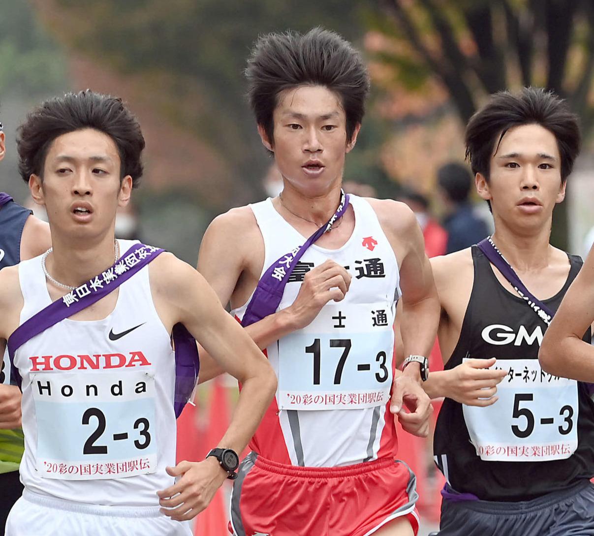 東日本実業団対抗駅伝で走る富士通・中村匠吾(中央)