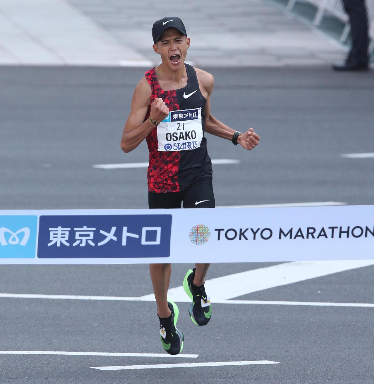 東京マラソン兼東京五輪代表選考会で2時間5分29秒の日本記録でゴールする大迫傑(2020年3月1日撮影)