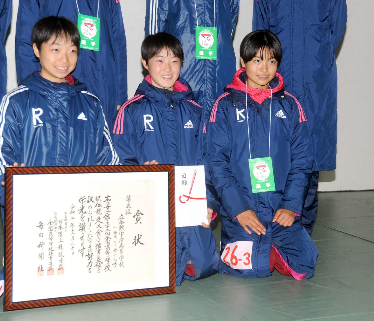 2区区間2位の快走でチームの5位入賞に貢献した立命館宇治の細谷(右)
