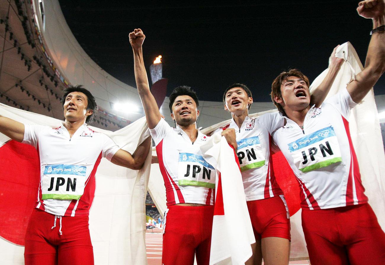 北京五輪陸上男子400mリレーで銅メダル(銀に繰り上げ)を獲得した日本チームの左から朝原宣治、末続慎吾、高平慎士、塚原直貴(2008年8月22日撮影)