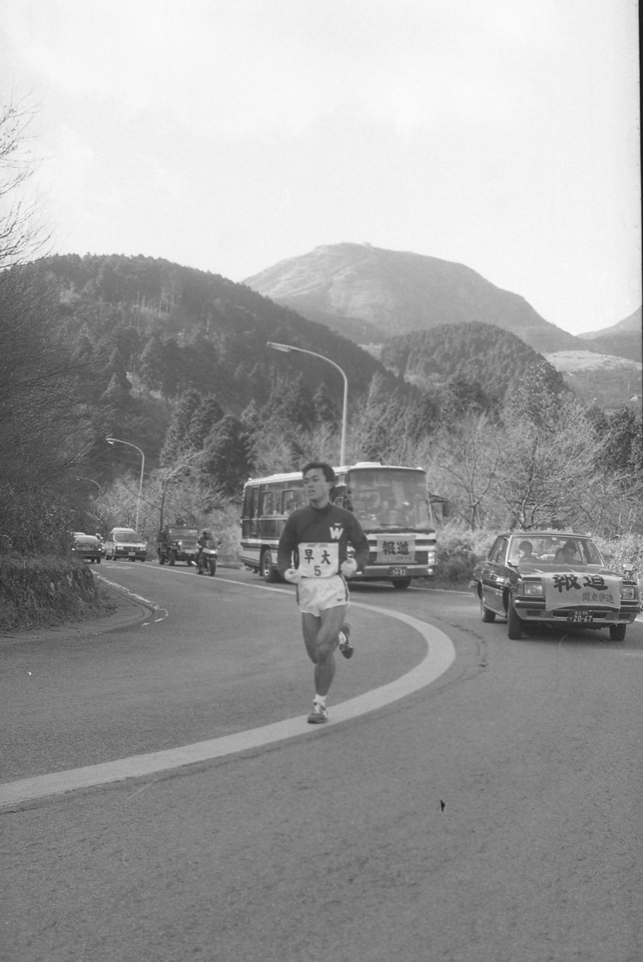 86年1月2日、第62回東京箱根間往復大学駅伝で往路5区の山登りを快走する早大・木下哲彦(当時。大学卒業時に金哲彦に改称)