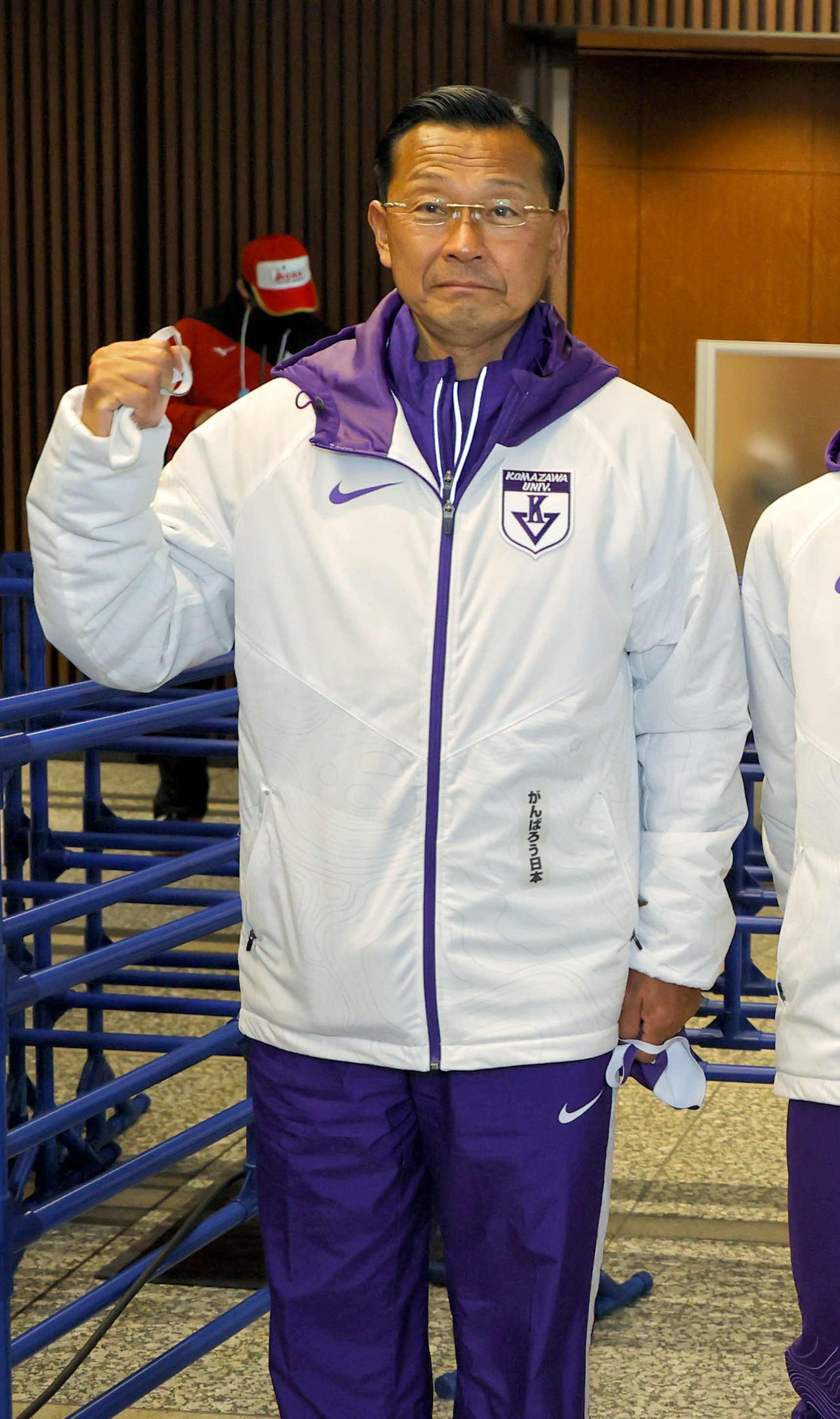 総合優勝しガッツポーズを作る駒大・大八木監督(2021年1月3日・代表撮影)