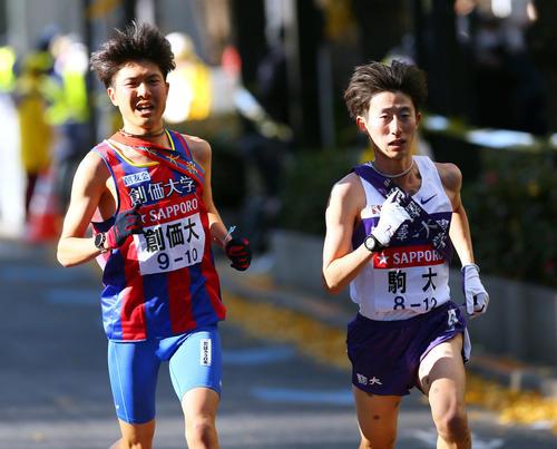 創価大10区小野寺(左)を抜き、トップに躍り出る駒大10区石川(代表撮影)