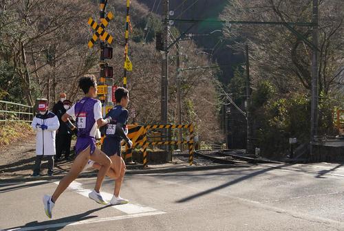 第97回箱根駅伝往路5区 競り合いながら箱根登山鉄道の小涌谷踏切を通過する東洋大・宮下(右)と駒大・鈴木(撮影・菅敏)