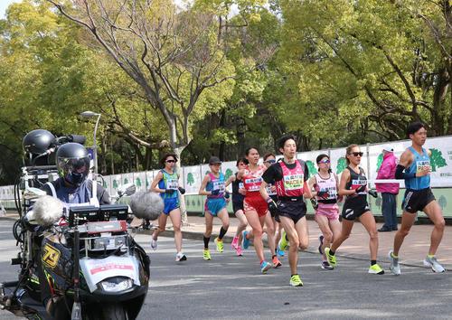 特別措置で長居公園内の限定コースを走る選手ら(撮影・上山淳一)