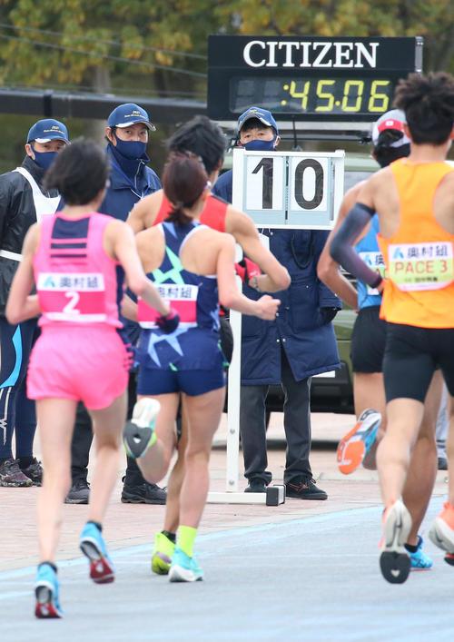 残り10周を示すボードを走る(手前左から)前田穂南、一山麻緒(撮影・上山淳一)
