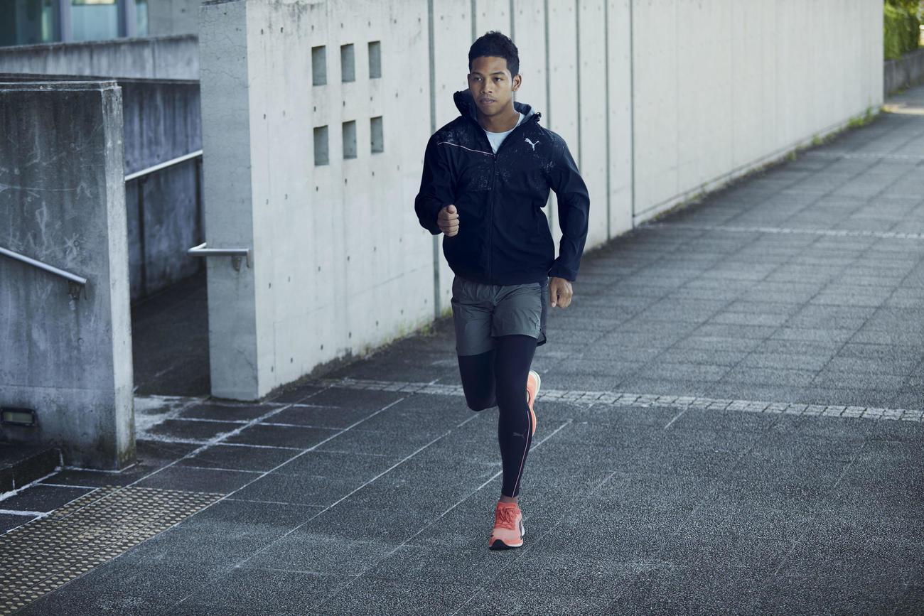 プーマ初の厚底ランニングシューズ「DEVIATE NITRO(ディヴィエイト ニトロ)を履いて走る陸上男子100メートル日本記録保持者のサニブラウン・ハキーム