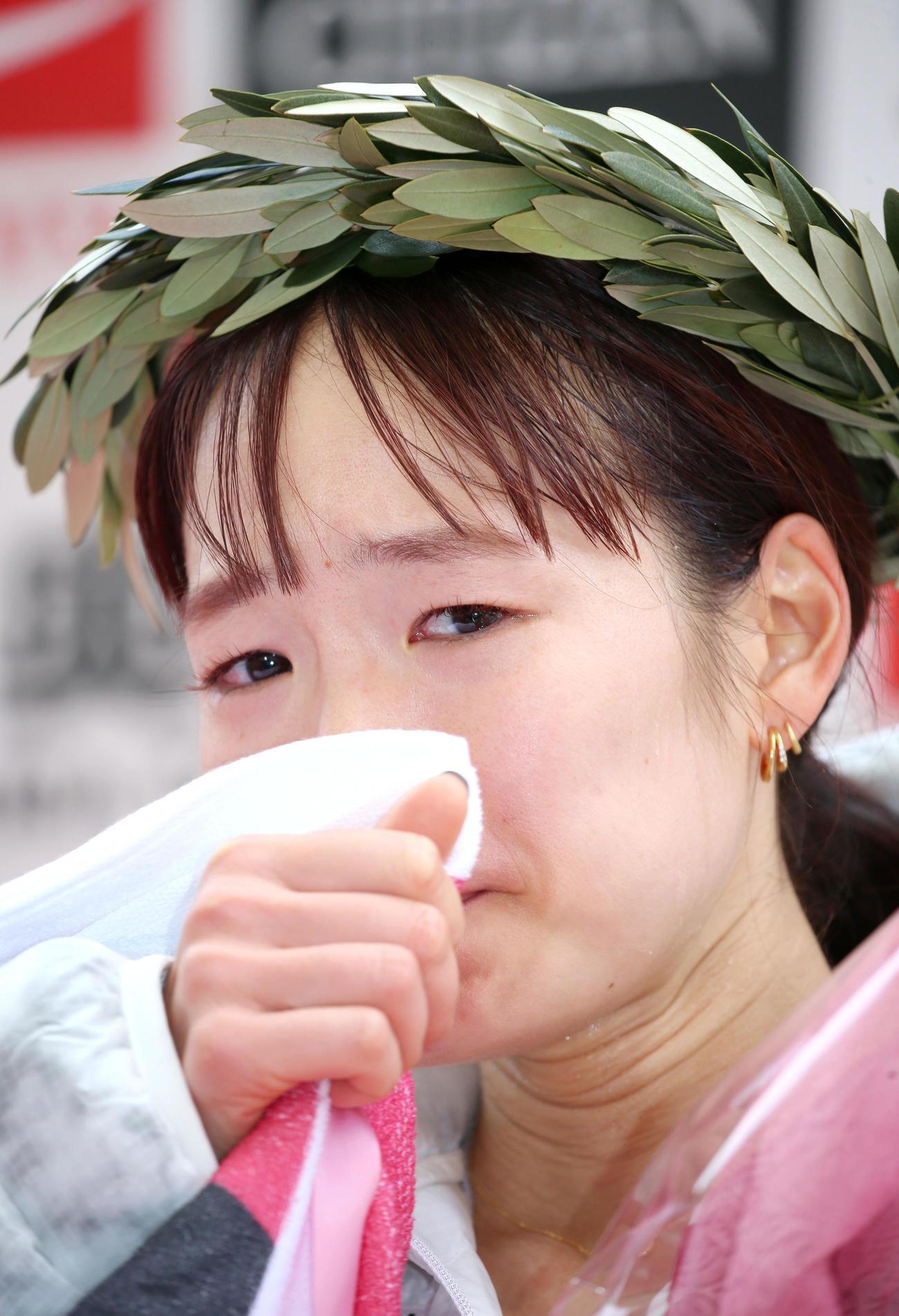 大会新記録で優勝した一山はインタビューで涙を流す(撮影・上山淳一)
