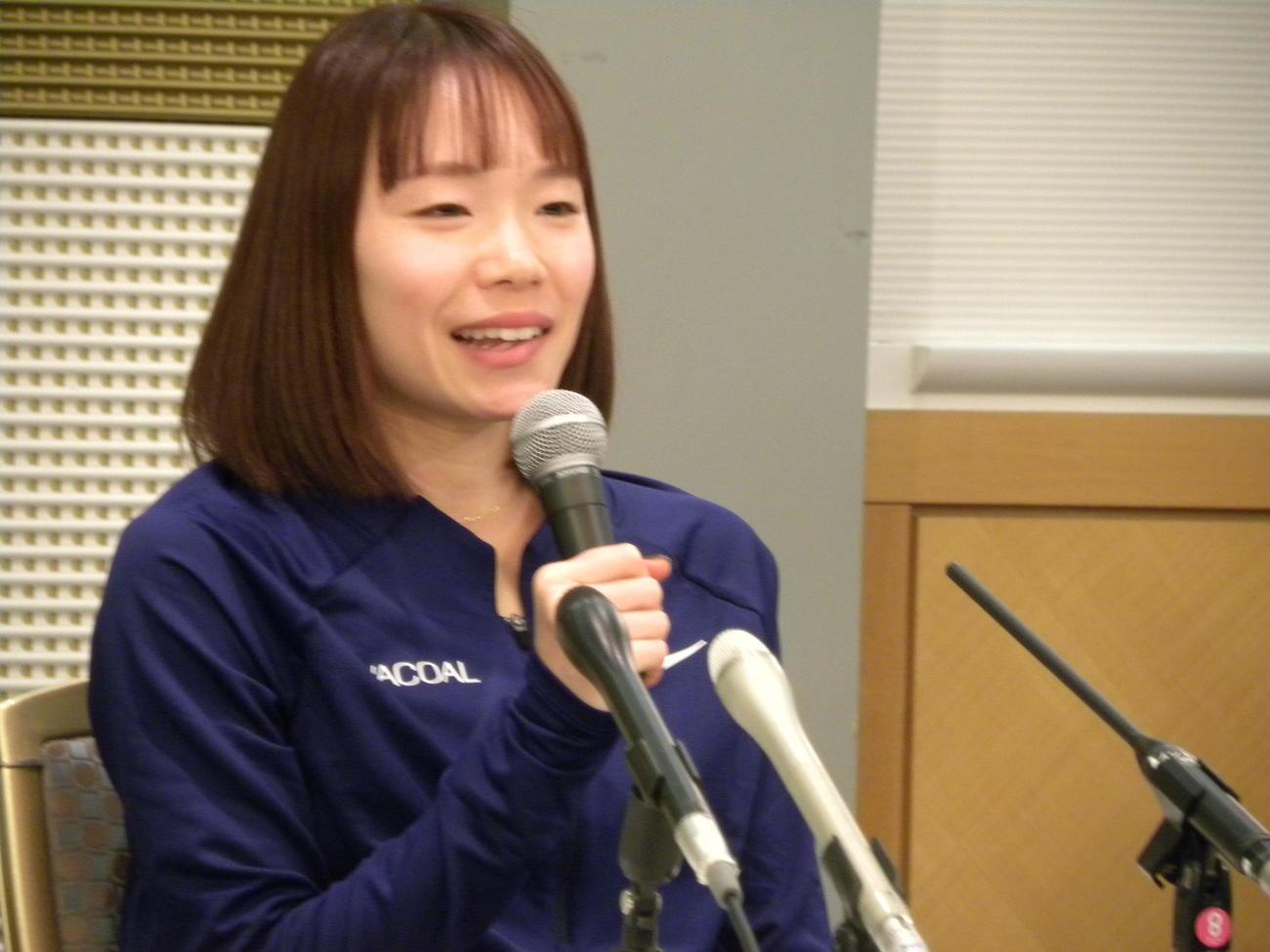 大阪国際女子マラソンの一夜明け会見で思いを語るワコールの一山麻緒(撮影・松本航)