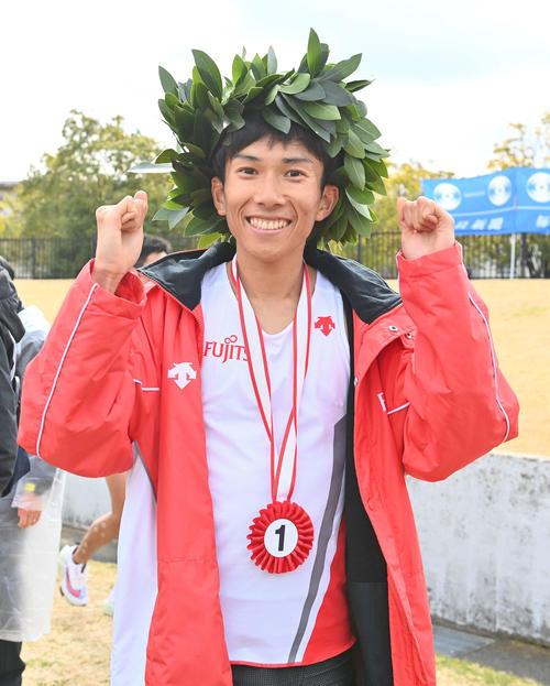 日本新記録をマークしてびわ湖毎日マラソン大会を制し笑顔を見せる鈴木健吾(撮影・上田博志)