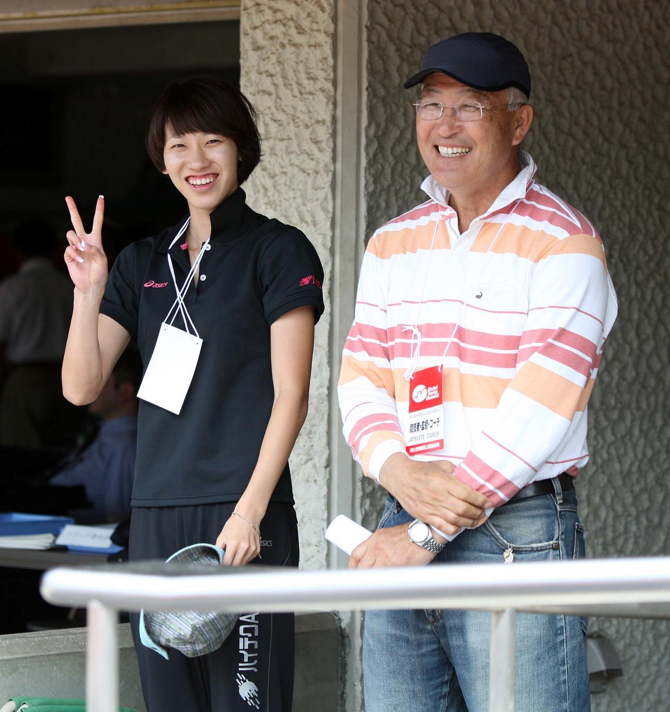 福島千里、右は中村宏之監督(2009年7月12日)
