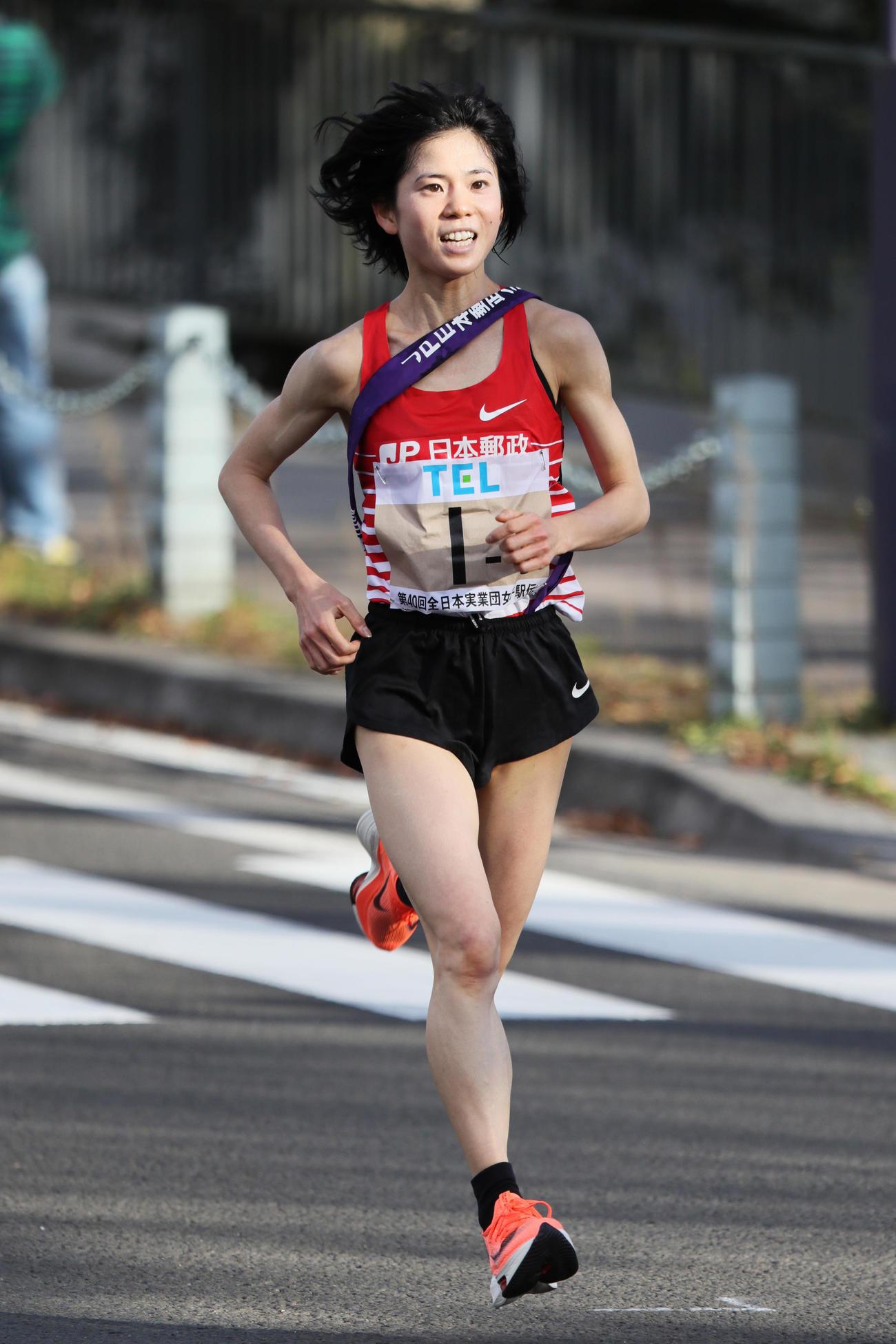 クイーンズ駅伝 トップで走る日本郵政グループの5区鈴木亜由子(2020年11月22日撮影)