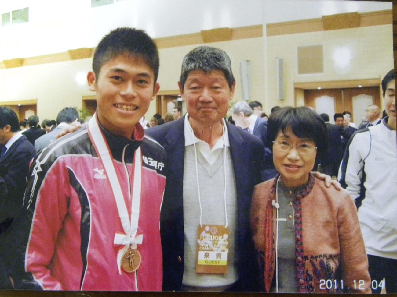11年の福岡国際マラソン時に写真に納まる、左から川内優輝、采谷義秋さん、妻の宣子さん(采谷家提供)