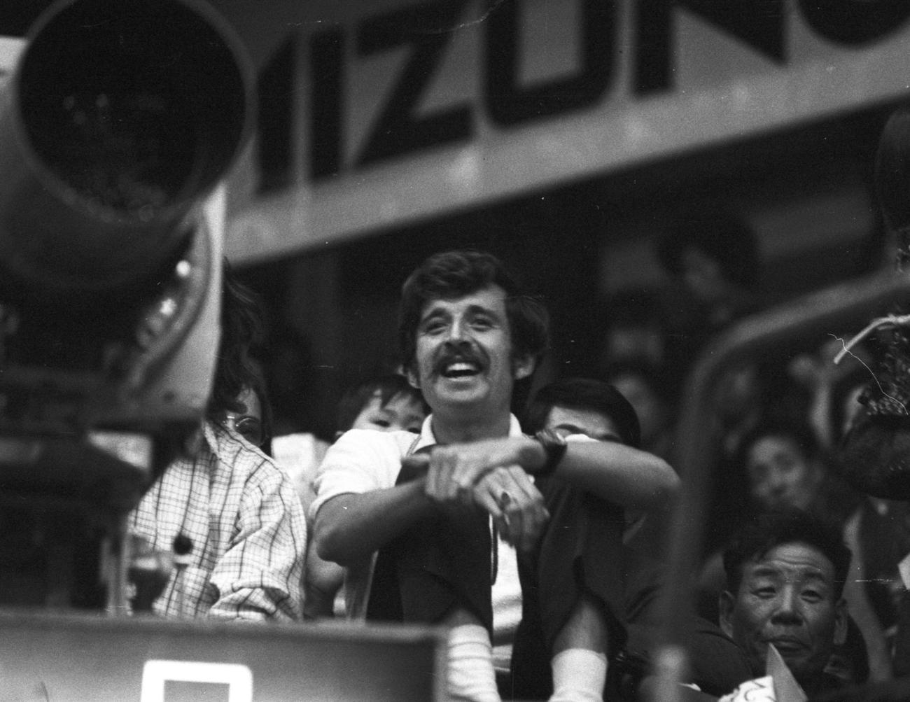 1973年3月19日、大好きな大相撲を観戦するフランク・ショーター
