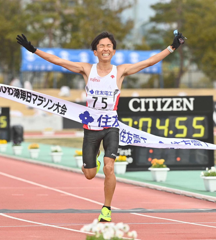 日本新記録をマークし、びわ湖毎日マラソン大会を制した鈴木健吾(撮影・上田博志)