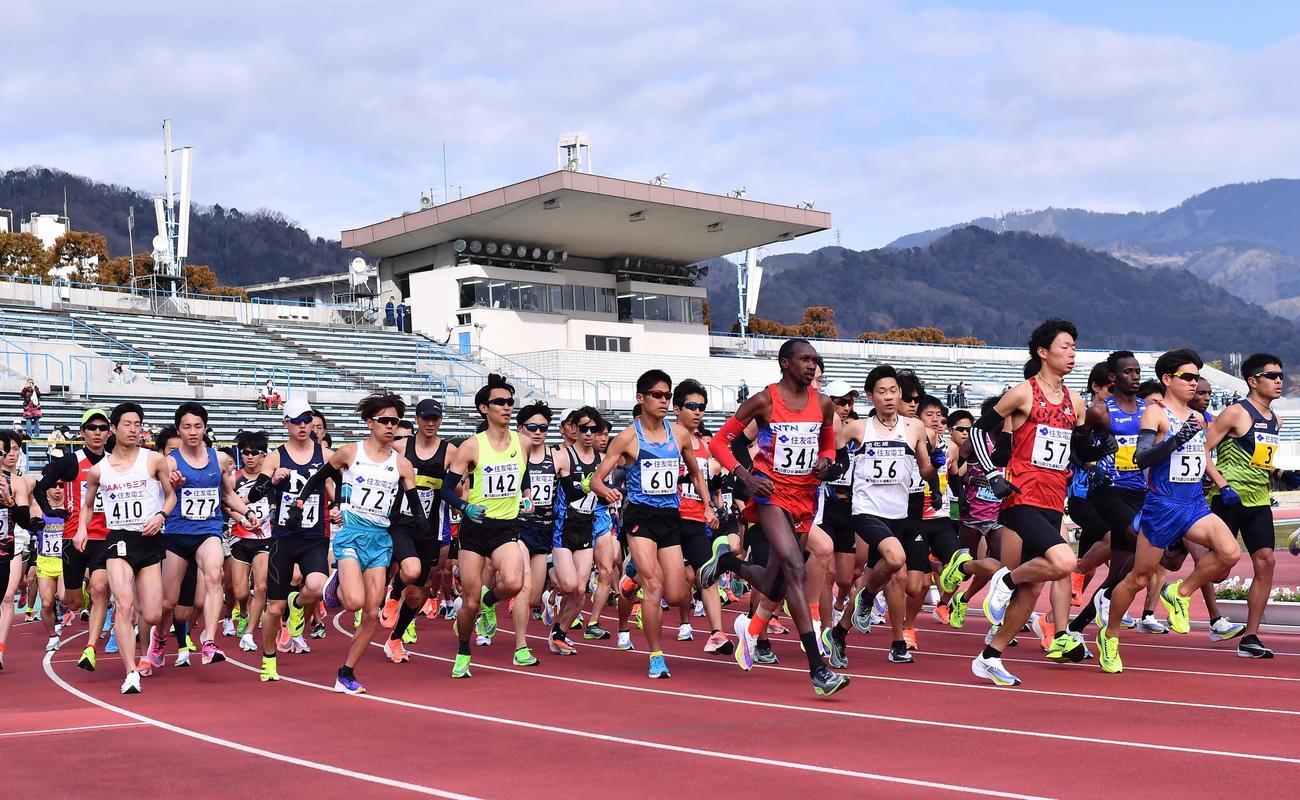 皇子山陸上競技場をスタートする選手たち。中央60番は川内(撮影・上田博志)