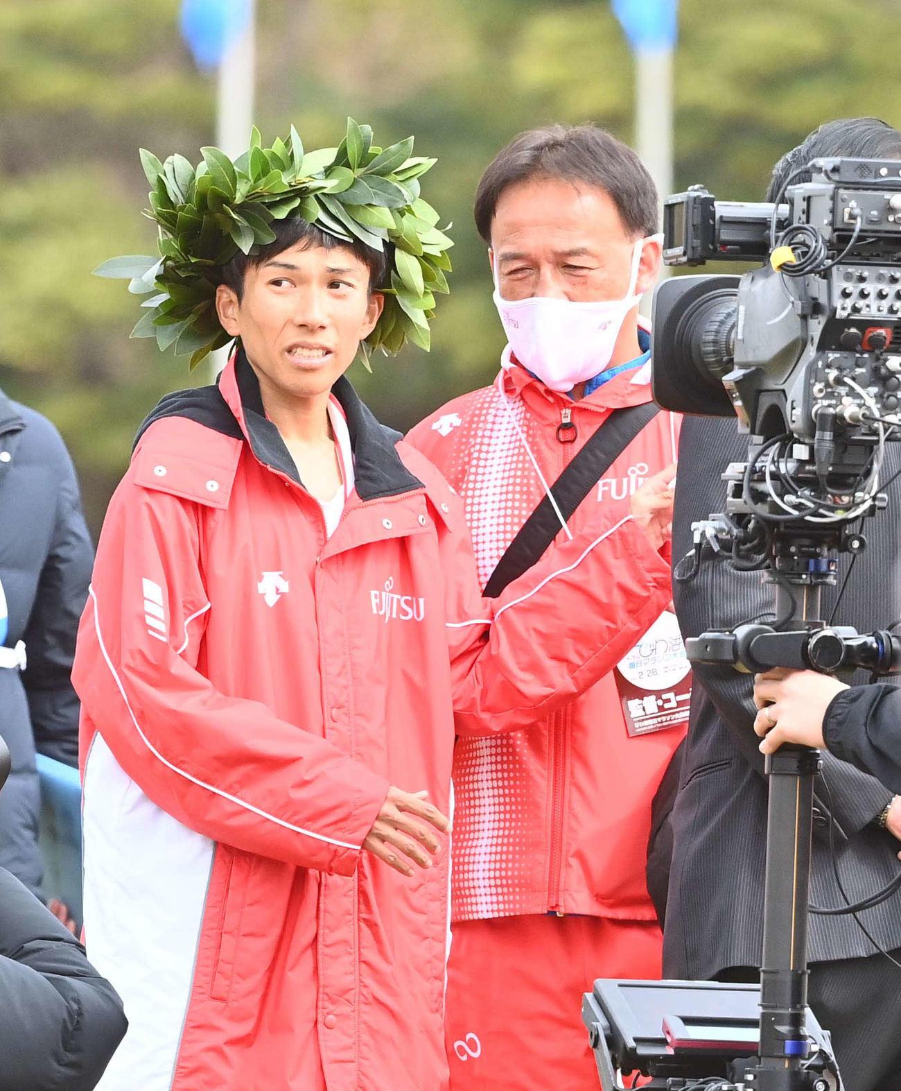 びわ湖毎日マラソン大会を日本新記録で制した鈴木(左)をねぎらう福嶋監督(撮影・上田博志)