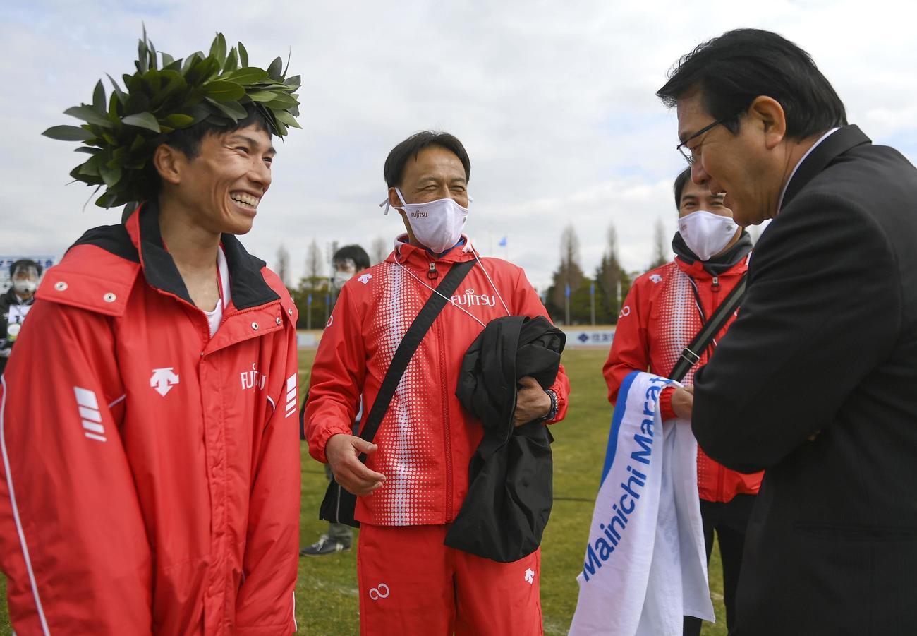 日本新記録で優勝し、日本陸連の瀬古マラソン強化戦略プロジェクトリーダー(右端)と笑顔で話す鈴木(左)(代表撮影)