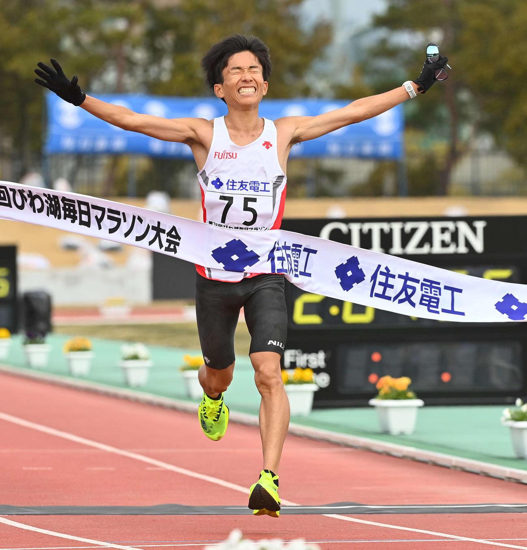 2時間4分56秒の日本新記録で初優勝を果たした鈴木は両手を広げてゴールする(撮影・上田博志)