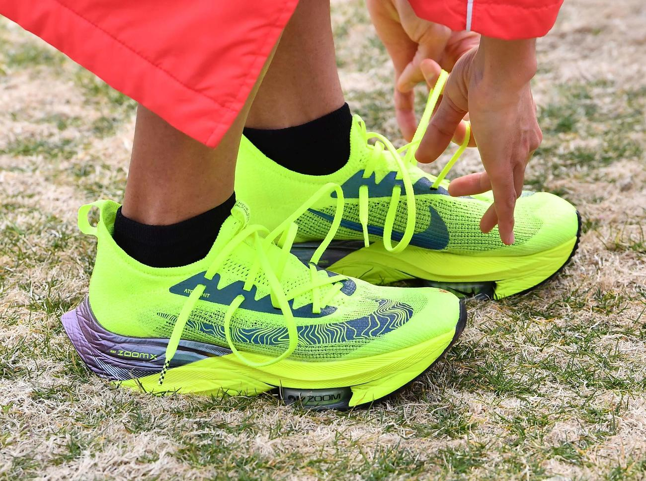 びわ湖毎日マラソン大会を日本新記録で制した鈴木のナイキのシューズ(撮影・上田博志)