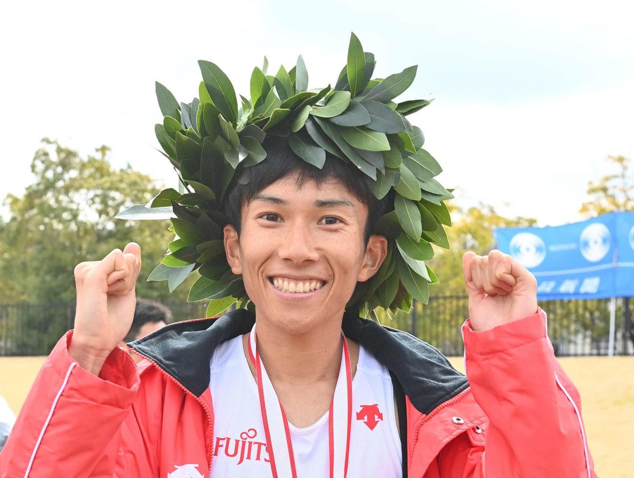 びわ湖毎日マラソン大会を制し笑顔を見せる鈴木健吾選手(撮影・上田博志)