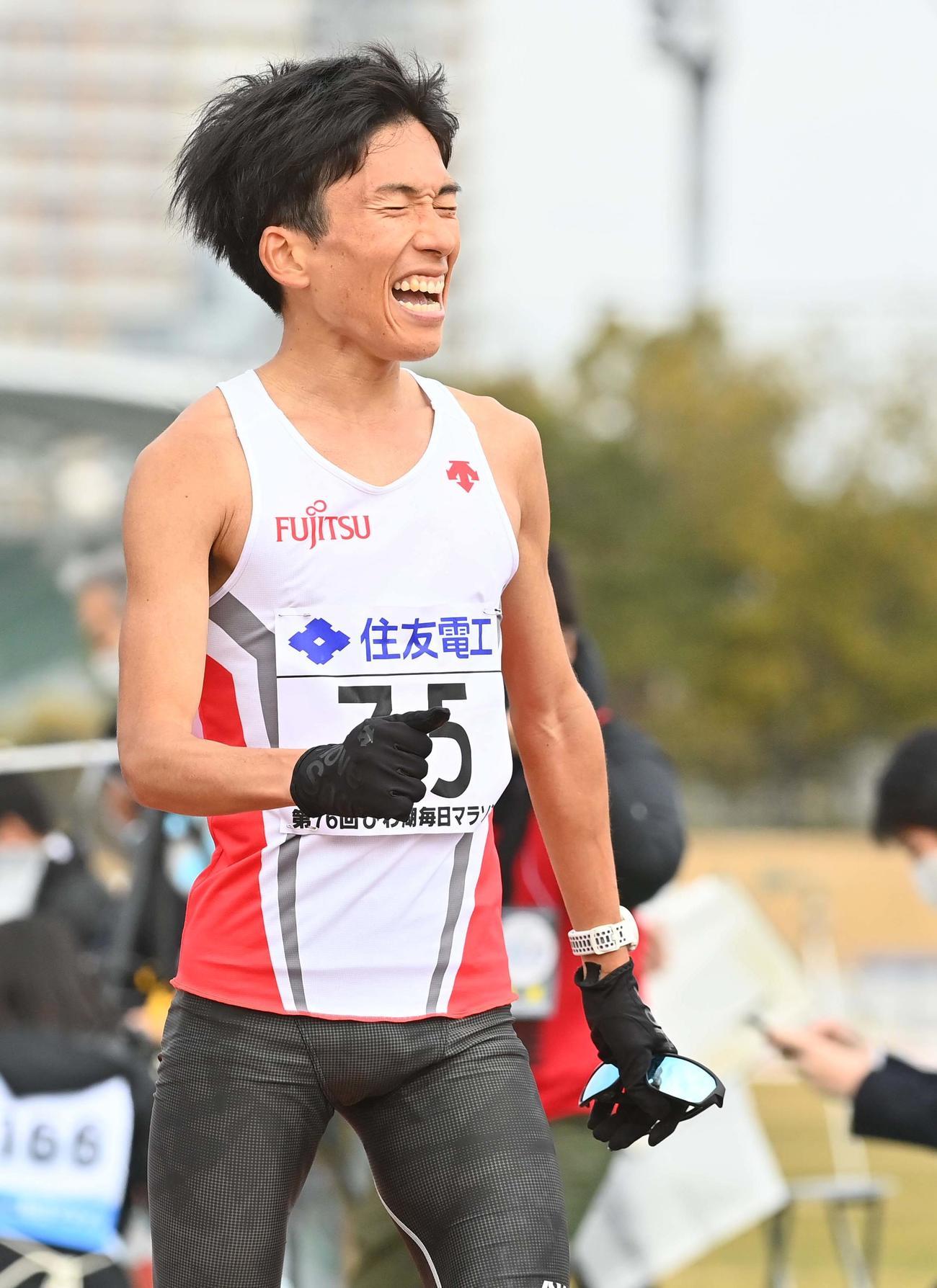 2時間4分56秒の日本新記録で初優勝を果たした鈴木はゴール後、雄たけびを上げる(撮影・上田博志)