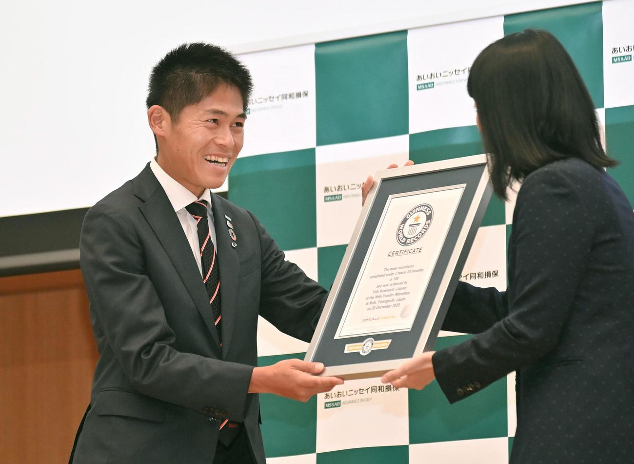 ギネス認定証を受け取る川内優輝(左)(代表撮影)