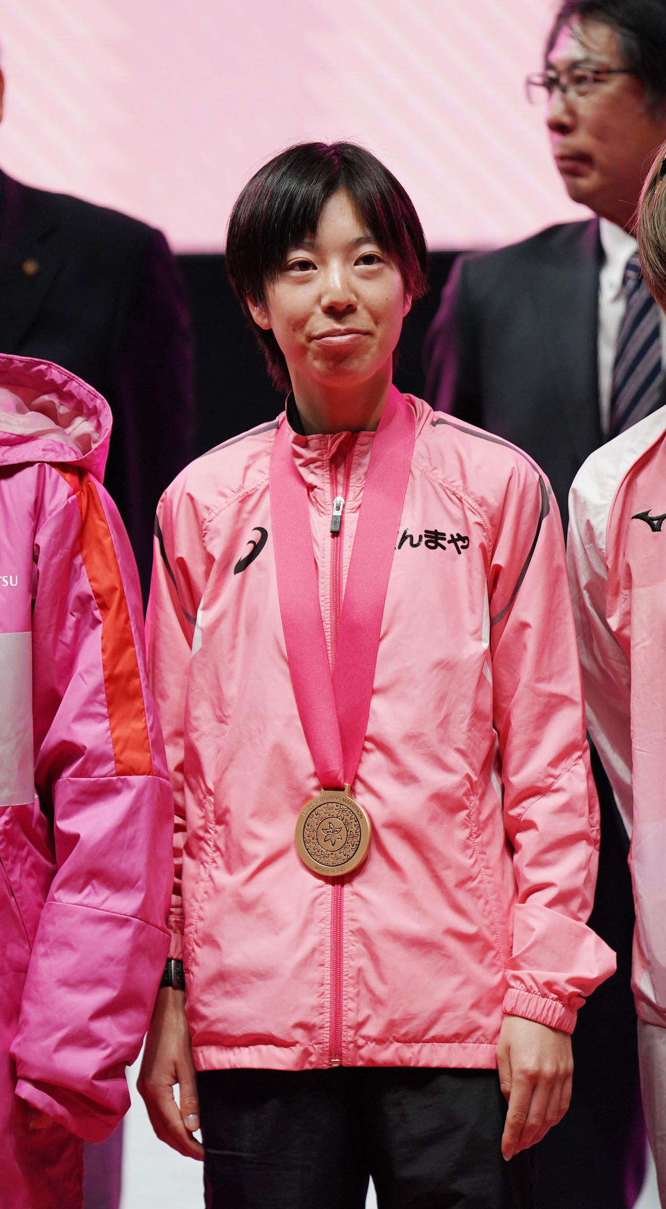 3位の銅メダルを胸にする松下菜摘(撮影・森本幸一)