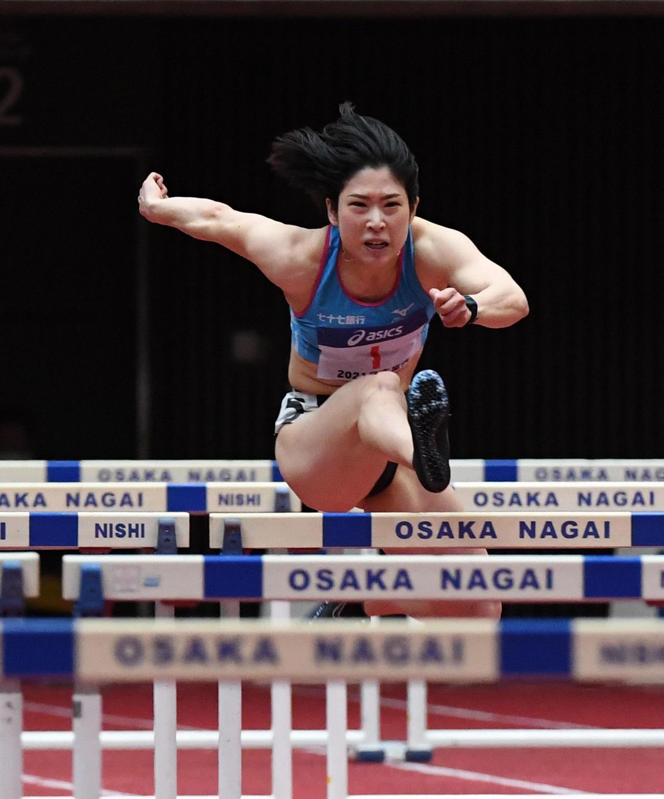 女子60メートル障害決勝で、予選に続いて室内日本新記録をマークした青木益未(撮影・前岡正明)