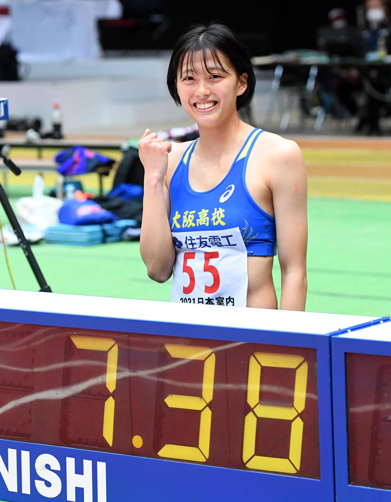 女子U20・60メートルでU20室内日本新で優勝、記録の掲示板の前で笑顔を見せる青山(撮影・前岡正明)