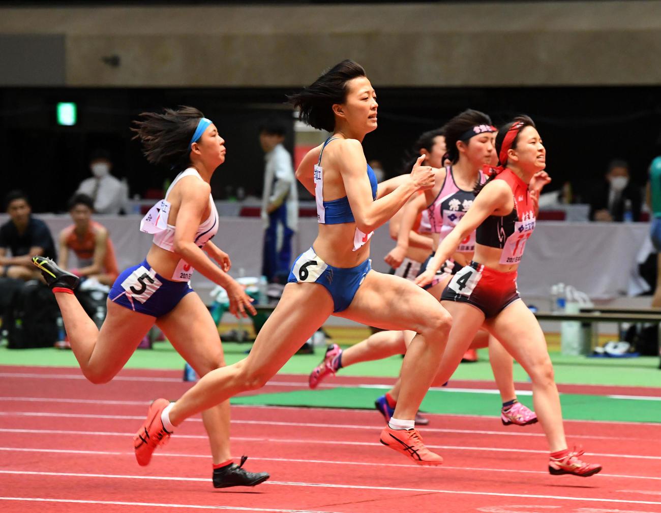 女子U20・60メートルでU20室内日本新で優勝した青山華依(中央)(撮影・前岡正明)