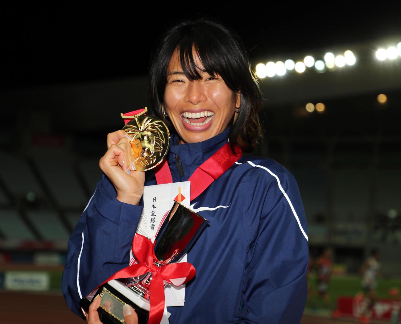 日本陸上競技選手権大会・長距離種目 女子1万メートル 日本記録で1位となり表彰式で笑顔をみせる新谷仁美(2020年12月4日撮影)