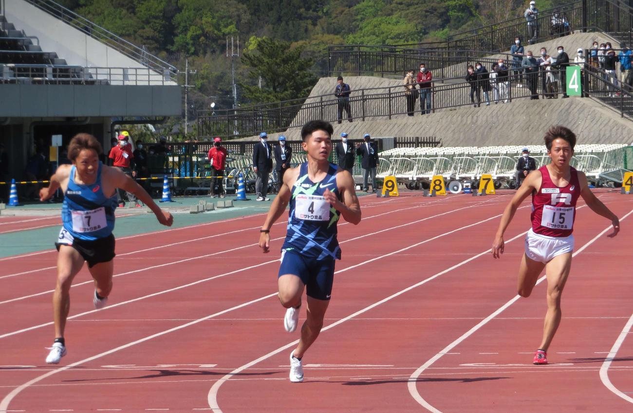 出雲陸上特別レース男子100メートル決勝で先頭でフィニッシュする小池(中央)(撮影・上田悠太)