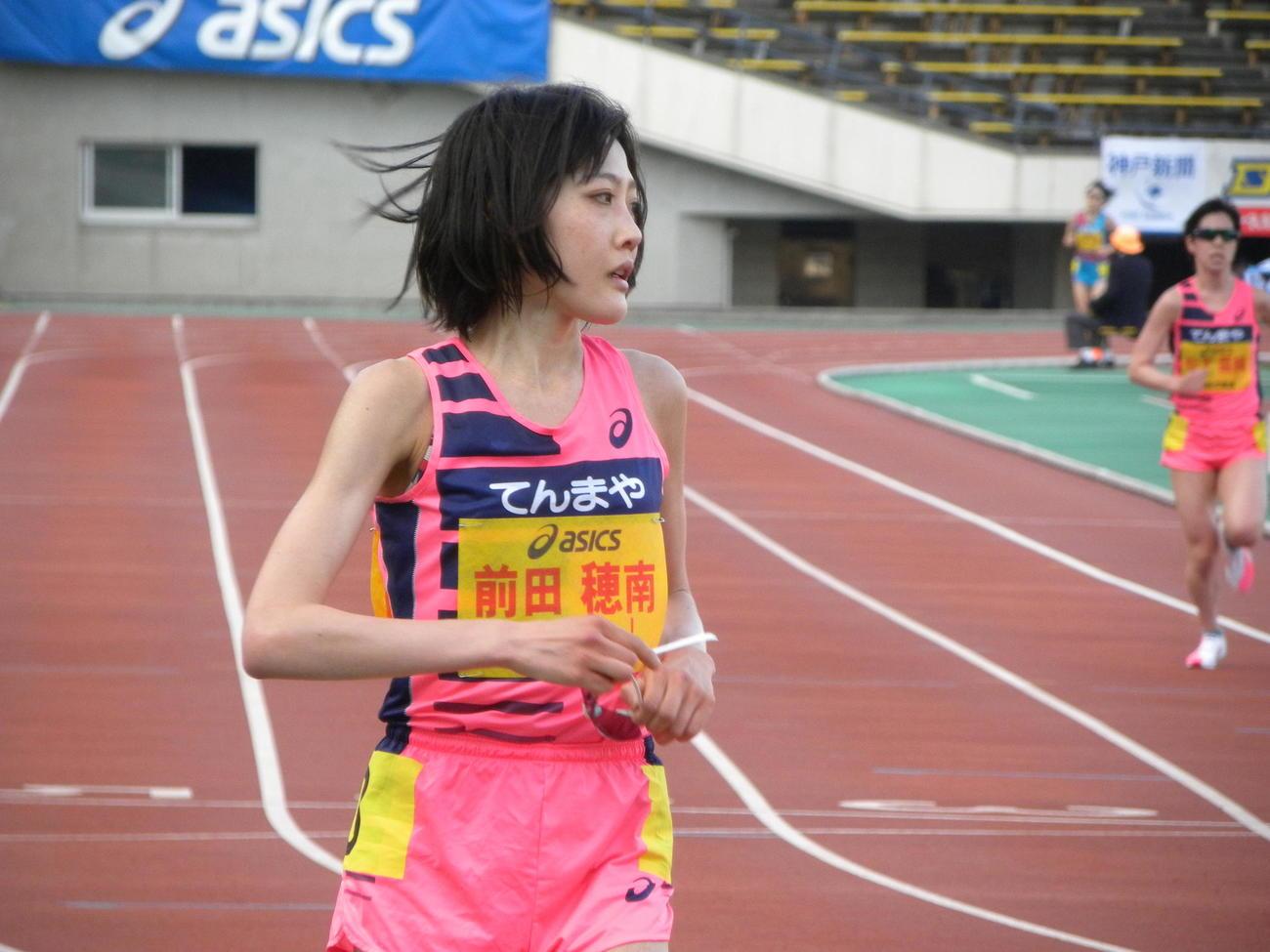 兵庫リレーカーニバル女子1万メートル4位でフィニッシュし、サングラスを外した前田穂南(撮影・松本航)
