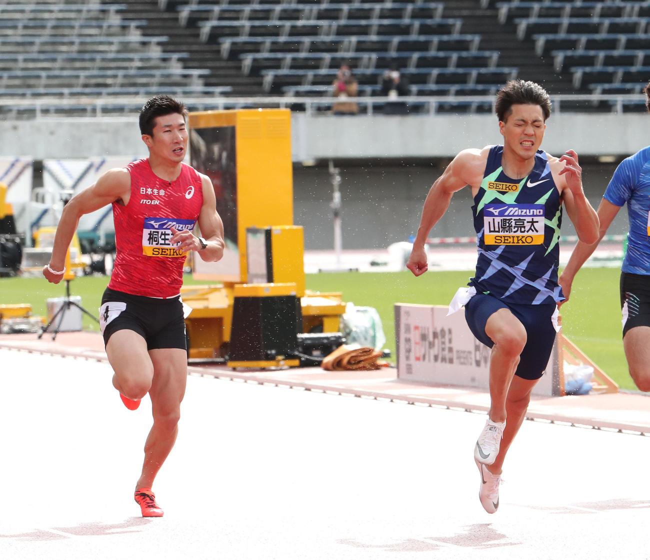 男子100メートル決勝 力走する山県(右)。左は桐生(撮影・梅根麻紀)