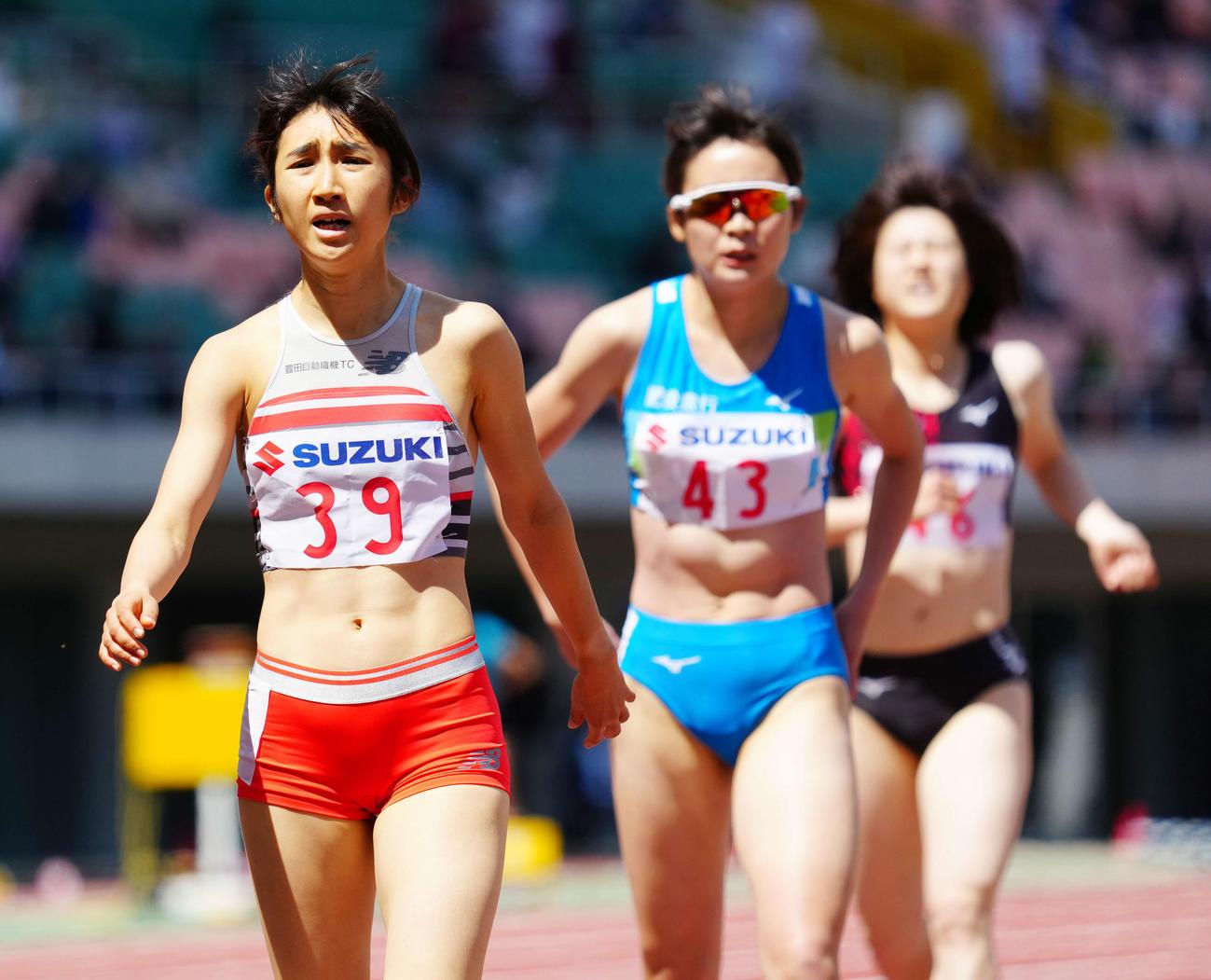 女子800メートルタイムレース2組で2位となった田中(左)(撮影・江口和貴)