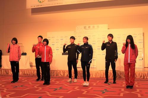 北海道・札幌マラソンフェスティバル2021の前日会見に出席した(左から)前田、服部、鈴木、大塚、一山、橋本、松田(2021年5月4日撮影)