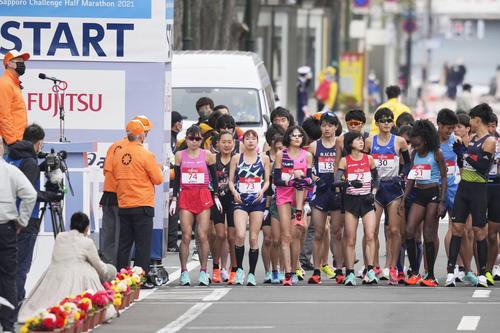 東京五輪のテスト大会となる「札幌チャレンジハーフマラソン」で、スタート位置に並ぶ、前列左から松田(ゼッケン74)、一山(同73)、1人おいて鈴木(同72)ら(代表撮影)