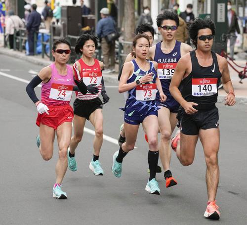 東京五輪のテスト大会となる「札幌チャレンジハーフマラソン」のレース序盤で、力走する松田(ゼッケン74)、鈴木(同72)、一山(同73)ら(代表撮影)