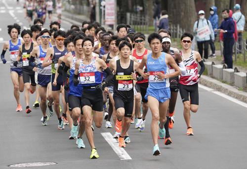 東京五輪のテスト大会となる「札幌チャレンジハーフマラソン」の男子でスタートし、力走する大塚(中央)ら(代表撮影)