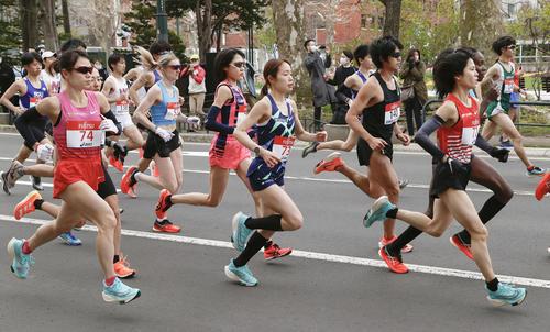 東京五輪のテスト大会となる「札幌チャレンジハーフマラソン」で、スタートした、手前右から女子の鈴木(ゼッケン72)、一山(同73)、前田、松田(同74)ら(代表撮影)