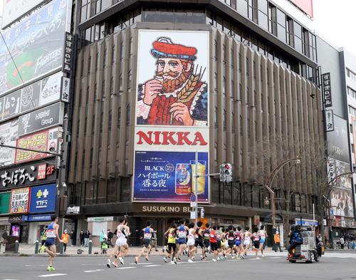 東京五輪のテスト大会となる「札幌チャレンジハーフマラソン」で、すすきの交差点を通過する選手たち(撮影・佐藤翔太)