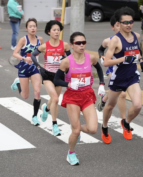 東京五輪のテスト大会となる「札幌チャレンジハーフマラソン」のレース中盤で力走する、手前から松田、鈴木、一山(代表撮影)